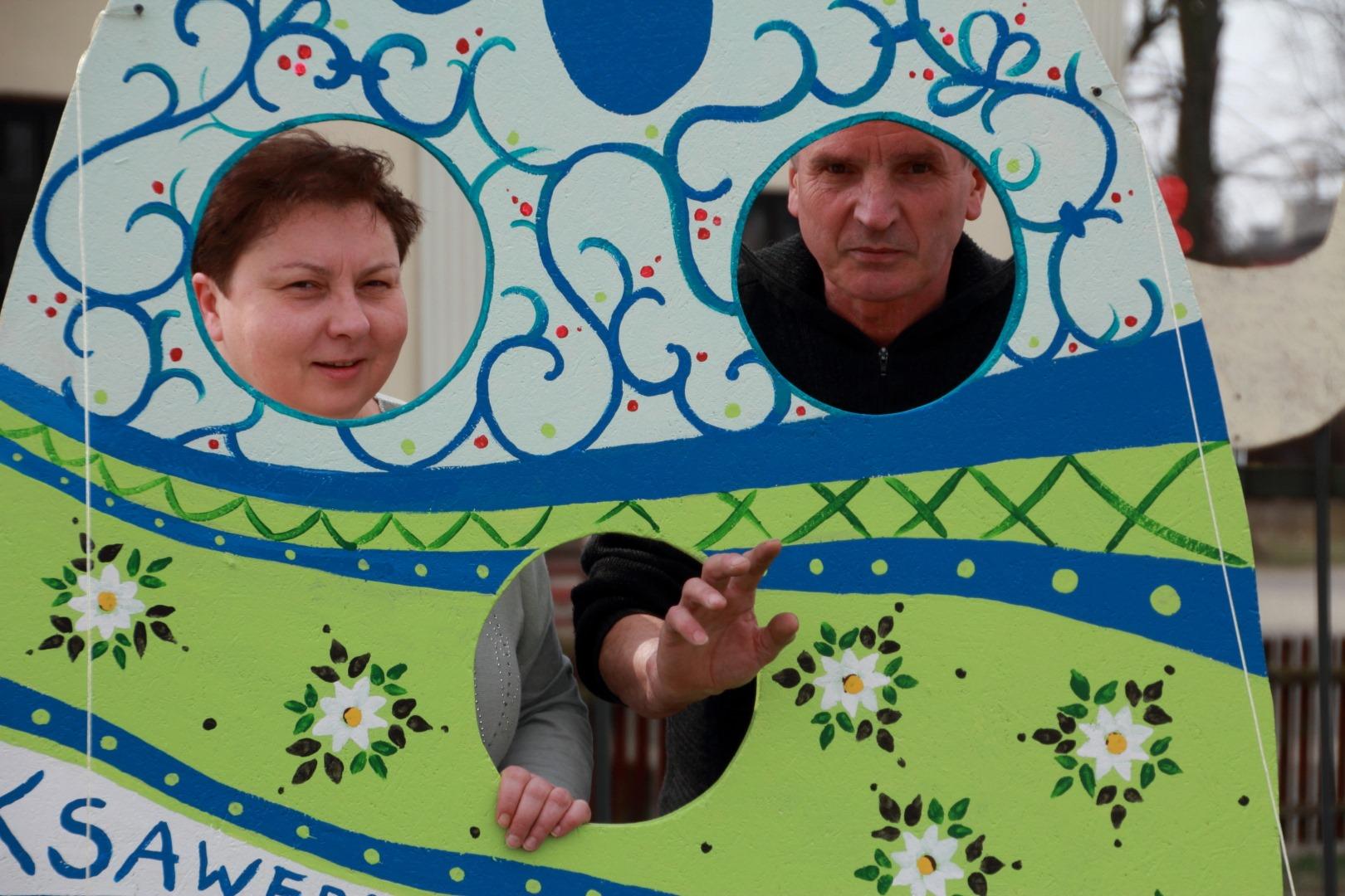 Panneau zielono, niebieskie . Na zdjęciu widać uśmiechniętą kobietę i mężczyznę