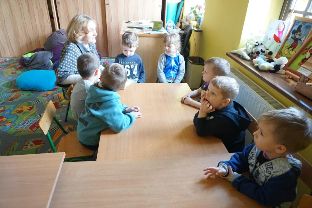 bibliotekarka z dziećmi