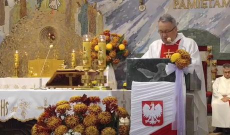 ksiądz na ołtarzu, odprawiający mszę
