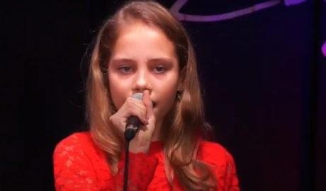 Dziewczynka w czerwonej sukience, z mikrofonem na scenie, Basia Grzelak