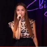 Karolina Stępień koieta na scenie z mikrofonem