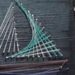 obrazek z gwoździ i kolorowych nici, łódka