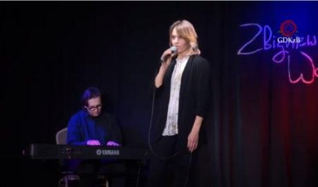 Paulina Szumko, kobieta na scenie w tle Michał Makulski keabord