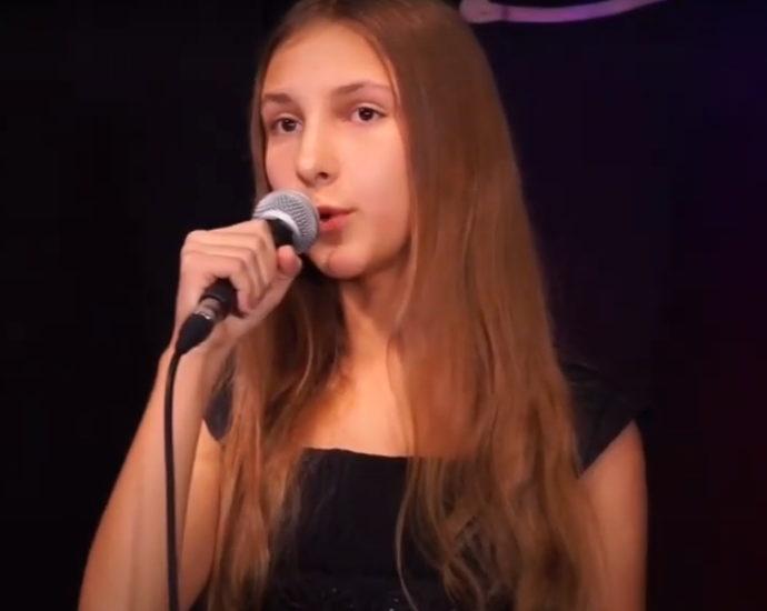 Maria Oljeniczak młoda dziewczyna w mikrofonem