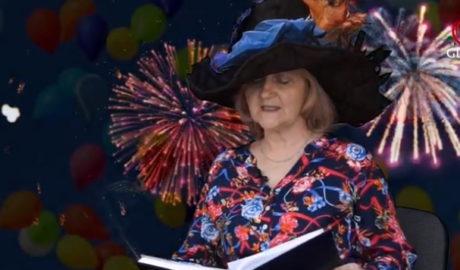 kobieta w kapeluszu w tle fajerwerki