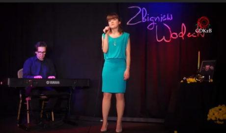 Kobieta na scenie w niebieskiej sukience
