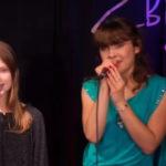 kobieta z dziewczynką na scenie