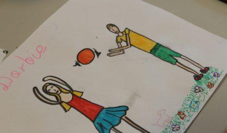 Zdjęcie przedstawia dziecięcy rysunke, na którym widnieją dwie postacie dziewczynka i chlopiec