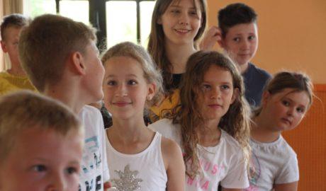 grupa dzieci, chłopcy i dziewczynki uśmiechający się do siebie