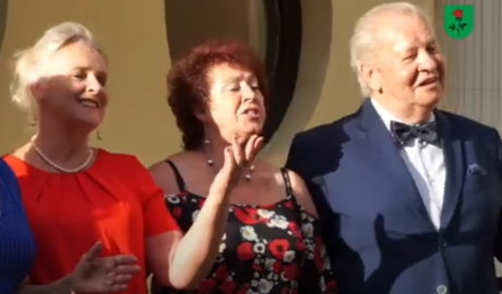 trzech seniorów na scenie, dwie kobiety i męż czyzna