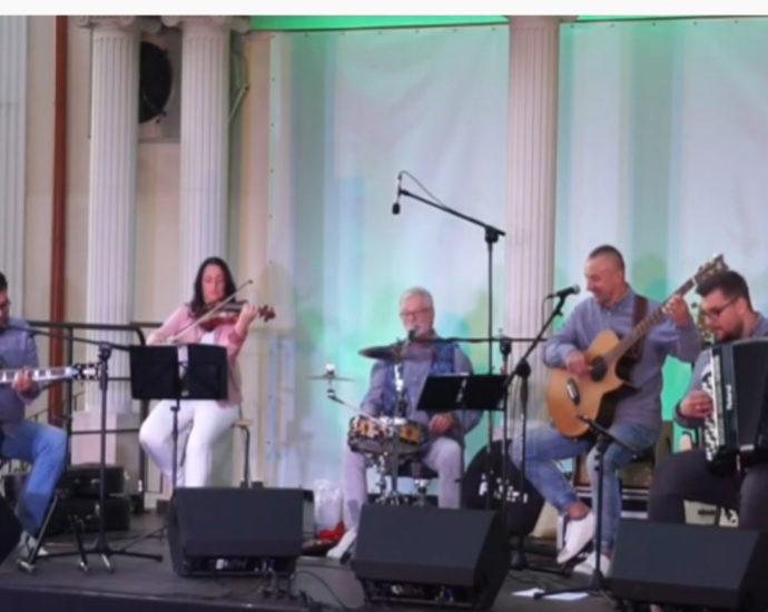 Scena z muzykami, czterej mężczyźni i kobieta