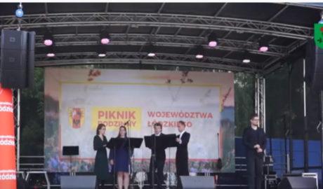 Scena na której widać wokalistów. Czterej mężczyźni i kobieta
